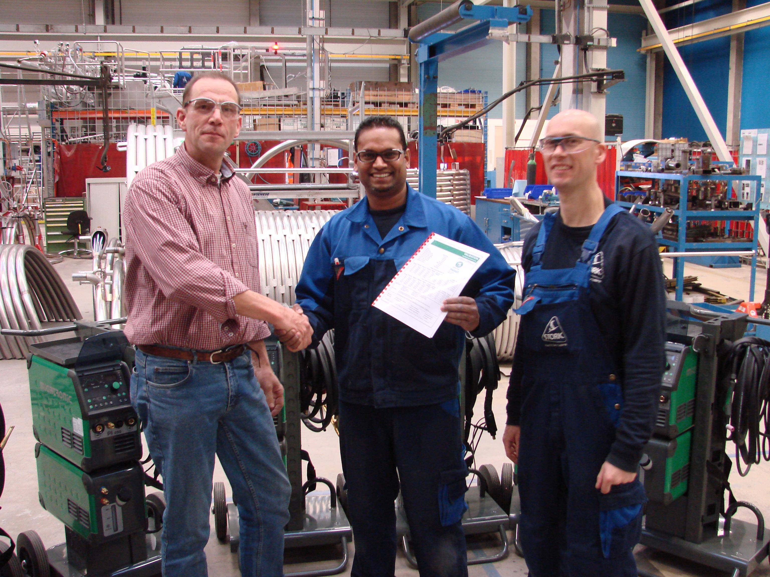 Gerard Donk overhandigt de machines en bijbehorende certificaten